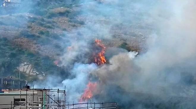Incendio al Lagaccio vicino alle case: fiamme partite da rifiuti ingombranti