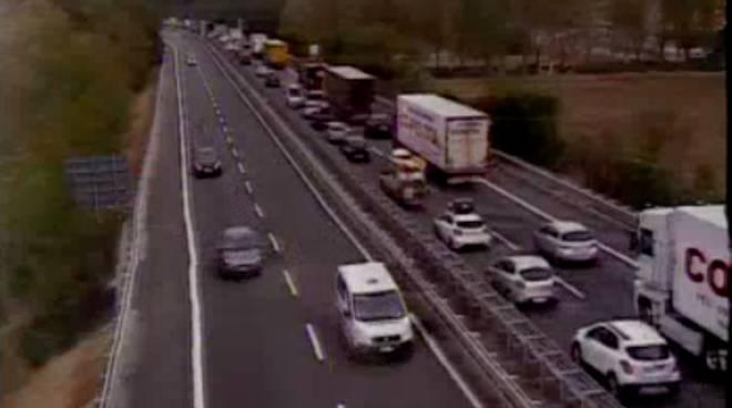Tir perde carico, lunga coda in autostrada A7