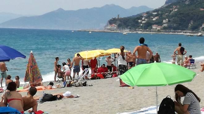 donna morta affogata varigotti spiaggia