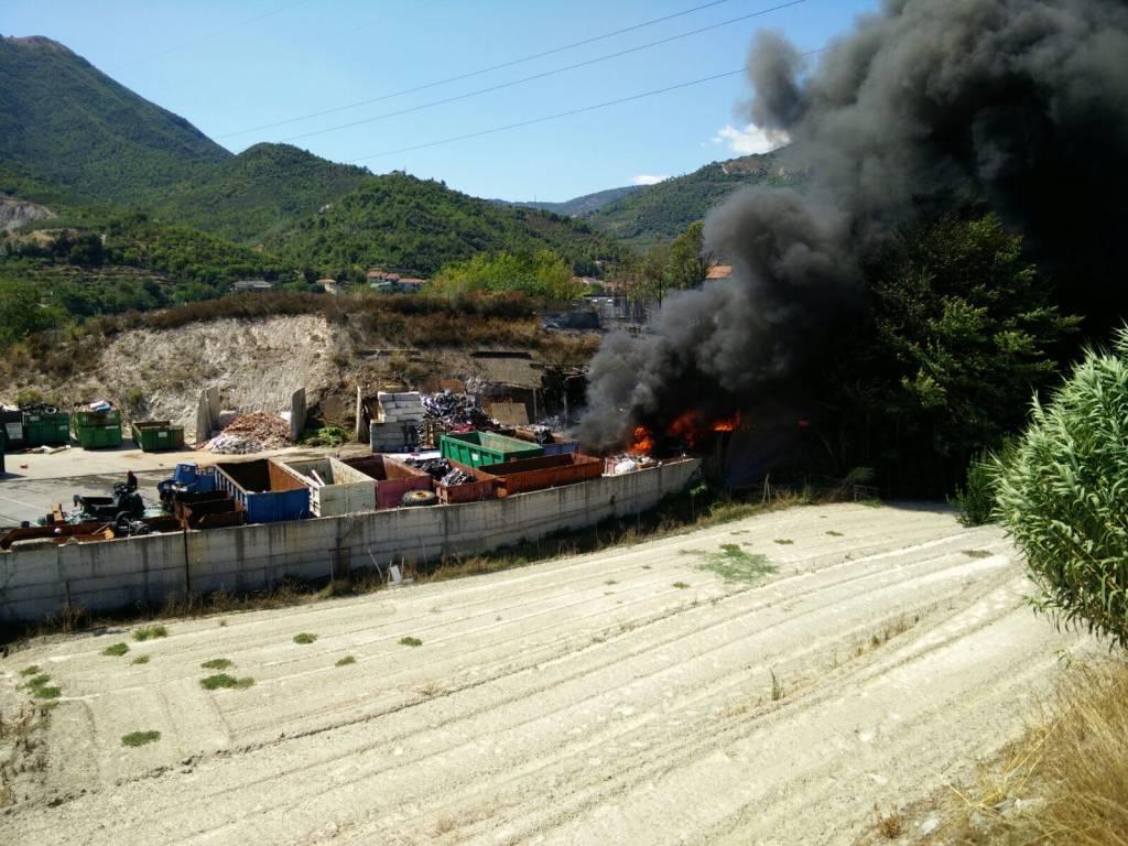 Rogo in deposito rifiuti di Toirano