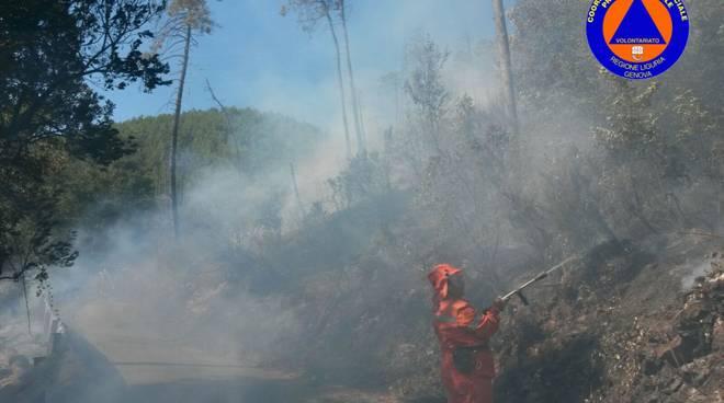 Bosco a fuoco sul monte Gazzo, in serata individuati i presunti responsabili