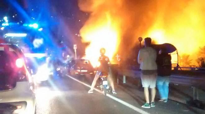Spotorno, distrutto dalle fiamme il Bahia Blanca, stagione finita