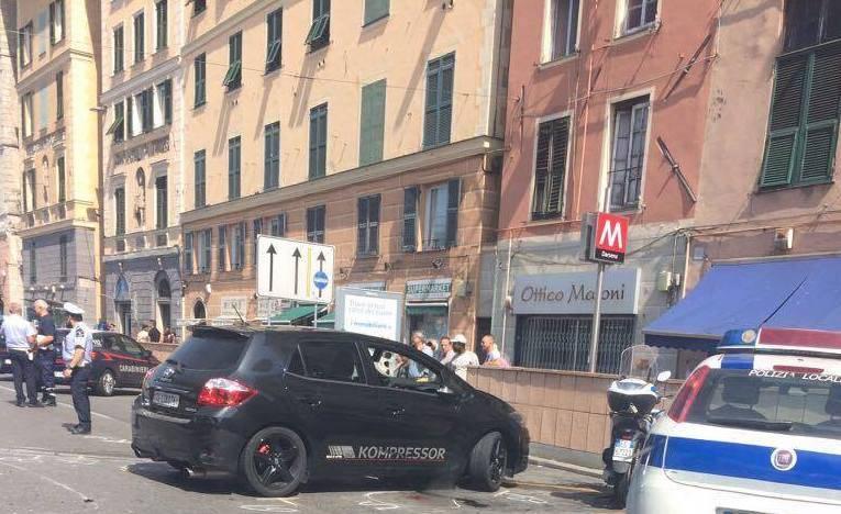 Genova scontro auto pattuglia carabinieri in via gramsci quattro feriti uno grave genova 24 - Arredo bagno via gramsci genova ...