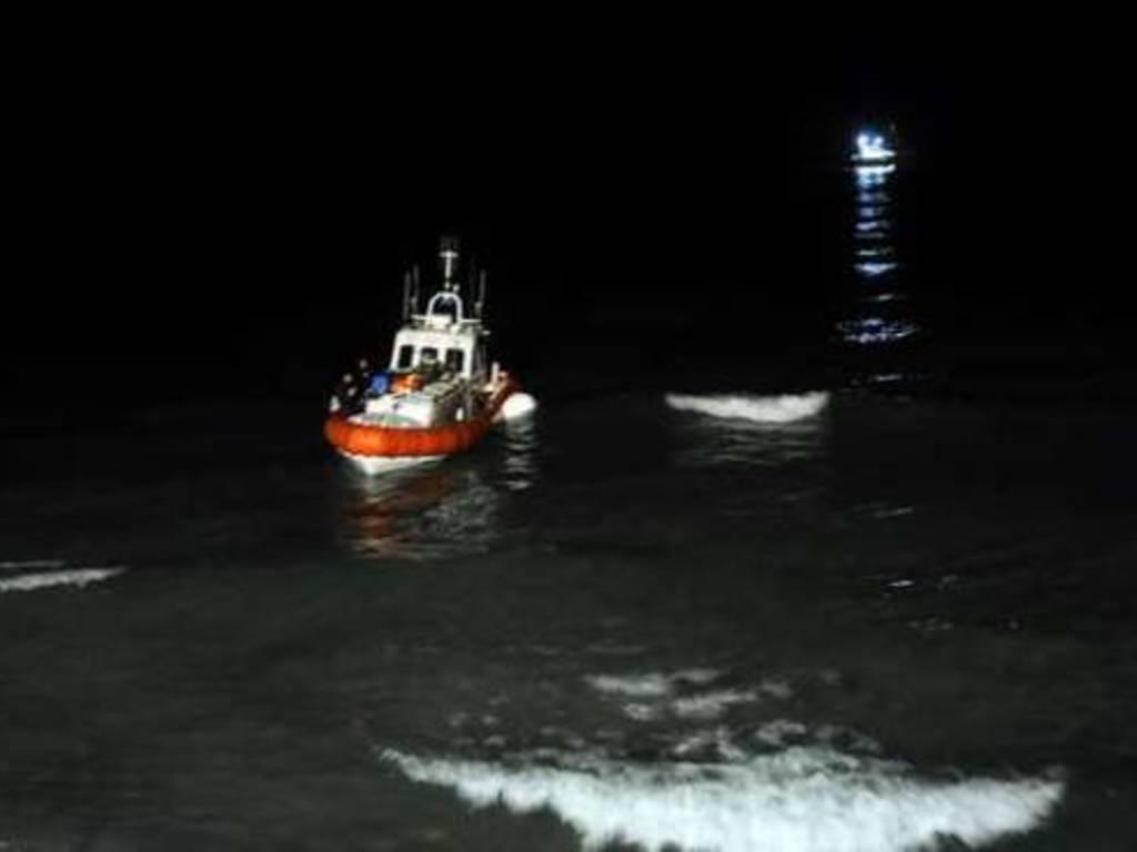 motovedetta notte disperso mare guardia costiera