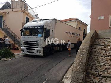 Pietra Ligure Ranzi camion incastrato via Concezione