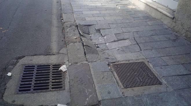 selciato danneggiato marciapiede rotto