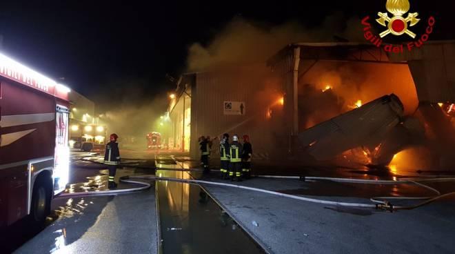 Panico a Ponte Somalia, vasto incendio sta distruggendo un capannone