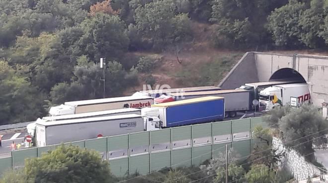 A10 camion abbatte portale