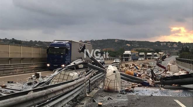 a10 camion abbatte portale tutor
