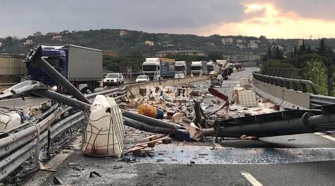 A10, Tir si ribalta, chiusa autostrada tra Savona e Albissola
