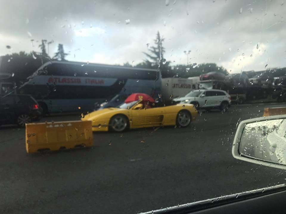 Incidenti A10, camion abbatte portale: traffico in tilt verso Genova