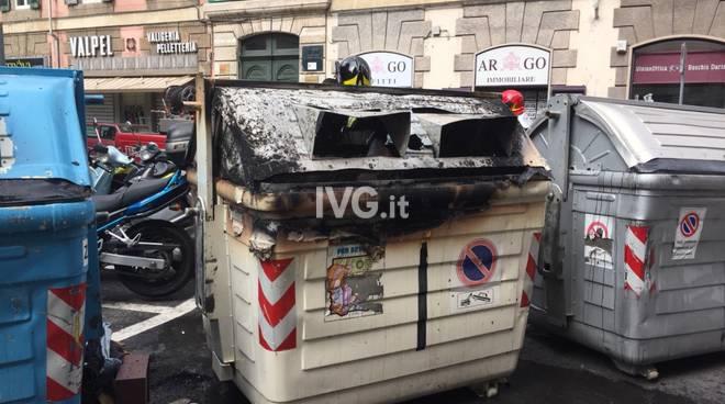Piromane a Savona, cassonetti in fiamme