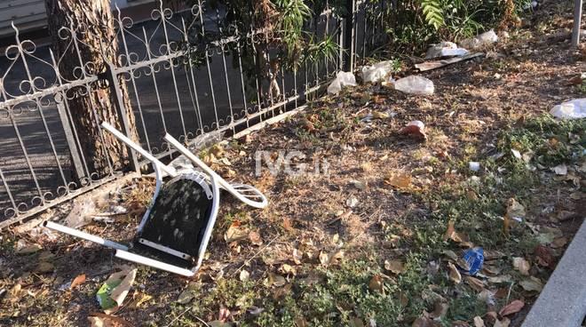 Sporcizia e degrado a Parco Doria a Savona