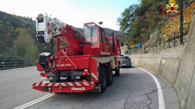 Autocarro esce di strada a Quiliano