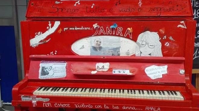 Il pianoforte rosso dedicato a Janira D'Amato