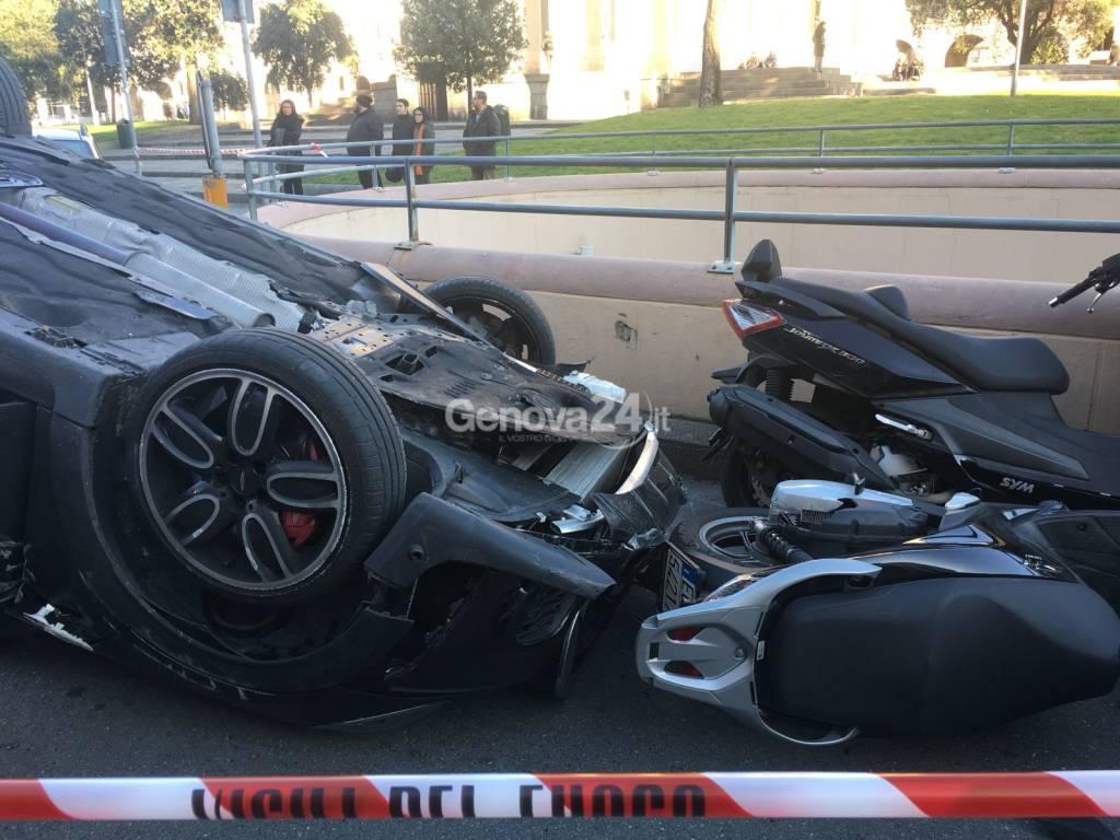 Maxi incidente in piazza della Vittoria: auto ribaltata