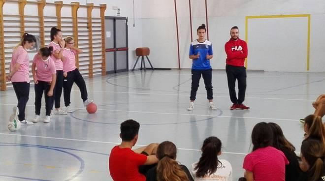 Varazze, all'istituto comprensivo un'iniziativa per promuovere il calcio femminile