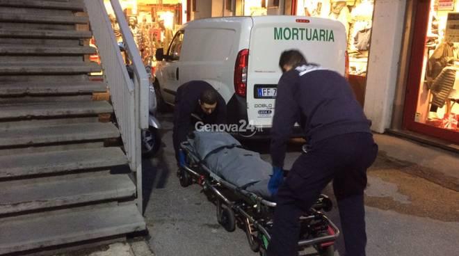 Genova, anziana morta in casa: figlio veglia cadavere per giorni