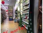 Borghetto, gli alberi di Natale che decorano i negozi aiutano a finanziare le attività della scuola
