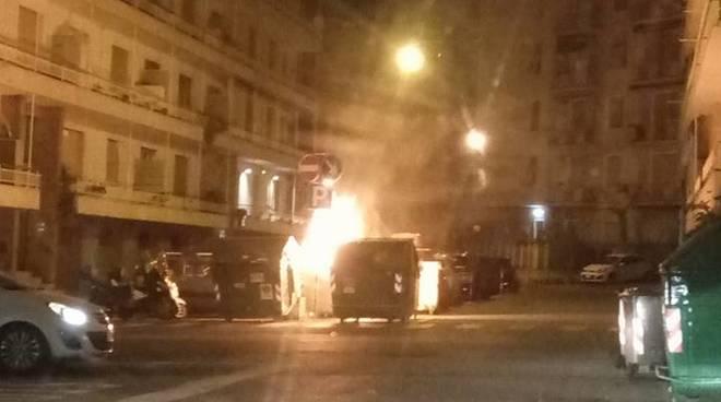 Incendio a Pegli, auto e cassonetti in fiamme