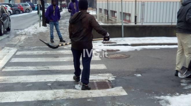 Cairo, i richiedenti asilo al lavoro per pulire la neve