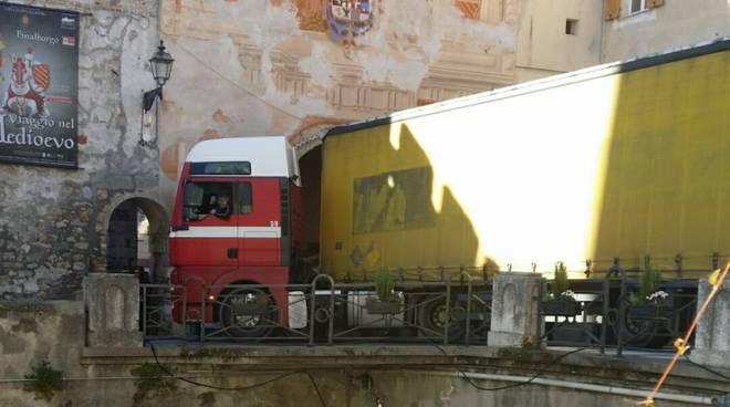 camion incastrato finale