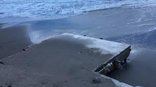 La mareggiata mette a nudo le opere in muratura e cemento