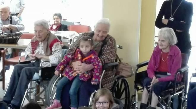 """I bambini della scuola di Leca in visita ai """"nonnini"""" del Trincheri di Albenga"""