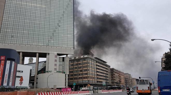 Un fumo nero si alza da corso Buenos Aires, libreria in fiamme