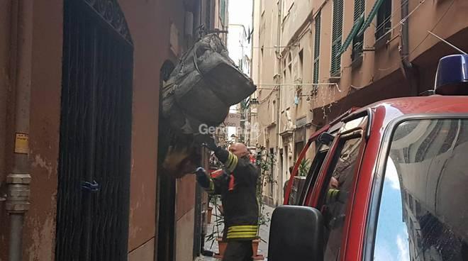 Genova - Appartamento in fiamme in vico Indoratori, grave 54enne
