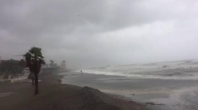 Le coste savonesi sferzate dalla mareggiata, ma a Loano c'è chi prova a fare il bagno