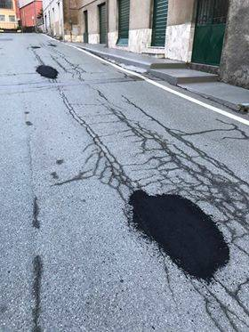 via chiaravagna buchi asfalto