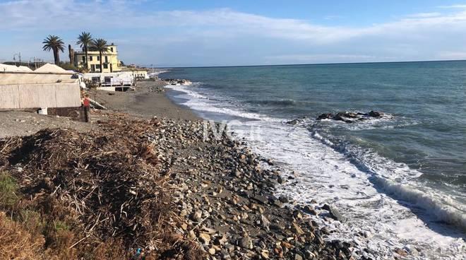 Albenga, donna si getta in mare dopo lite con fidanzato: dispersa