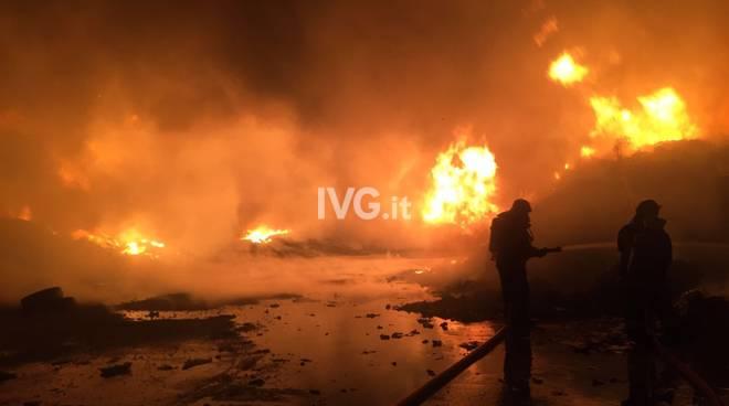 Deposito rifiuti in fiamme nel Savonese, è allarme