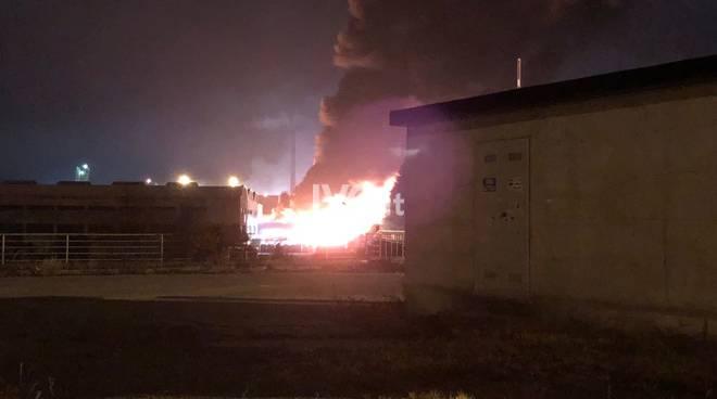 Va in fiamme azienda di rifiuti, scuole chiuse in provincia di Savona