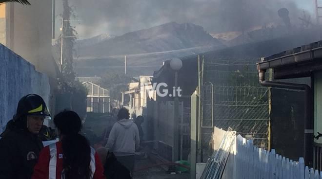 Incendio in un magazzino agricolo di Albenga