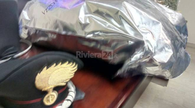 Mezzo chilo di hashish in auto, arrestati