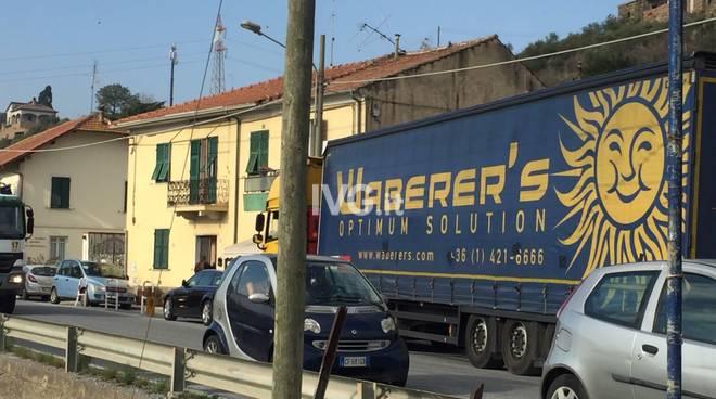 Tir perde il rimorchio a Bastia d'Albenga