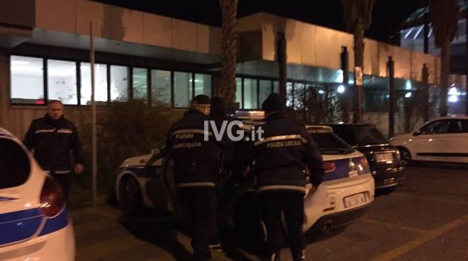 """Albenga, malviventi in fuga in scooter e inseguimento """"da film"""" della polizia municipale: un arresto e una denuncia"""