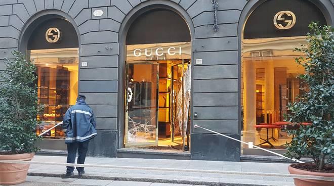 Assalto in via XXV aprile, ladri svaligiano negozio Gucci