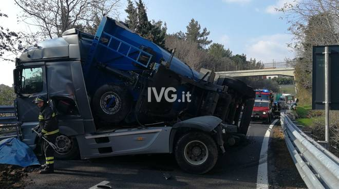 camion ribaltato A10