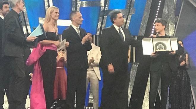 Festival Sanremo il presidente della Regione Toti premia Ultimo
