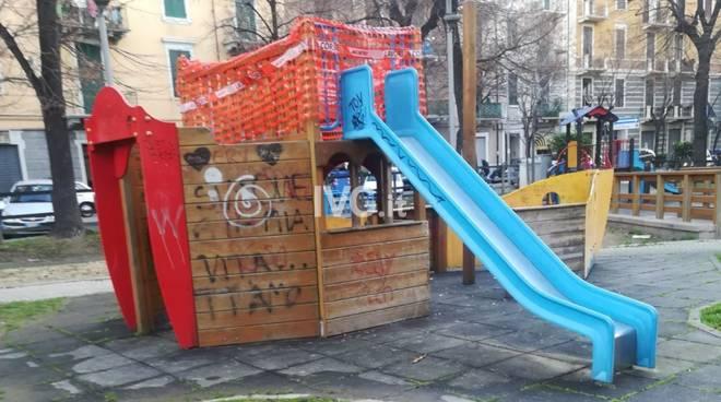 Incuria e degrado ai giardini di via Verdi a Savona