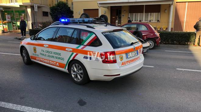 Loano, auto ribaltata sulla via Aurelia