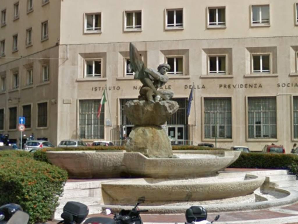 piazza marconi statua fontana del pesce