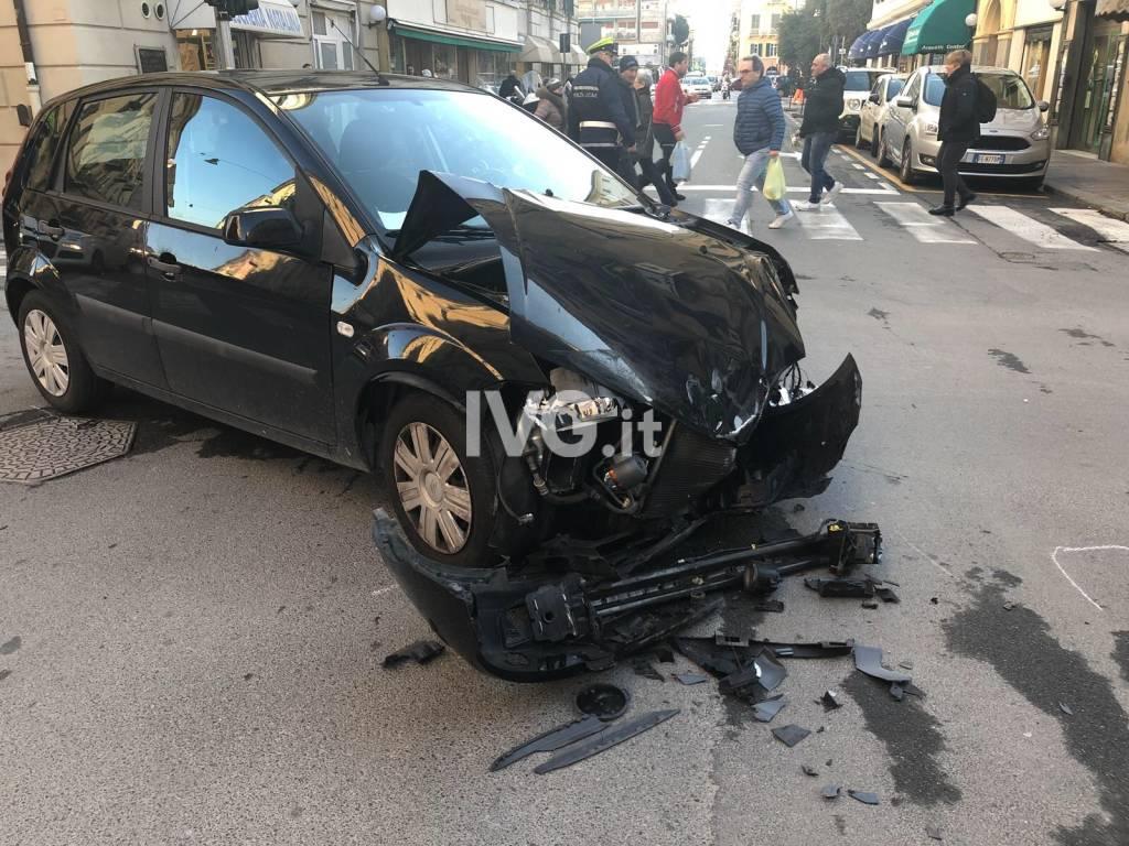 Savona, scontro tra due auto in via Luigi Corsi