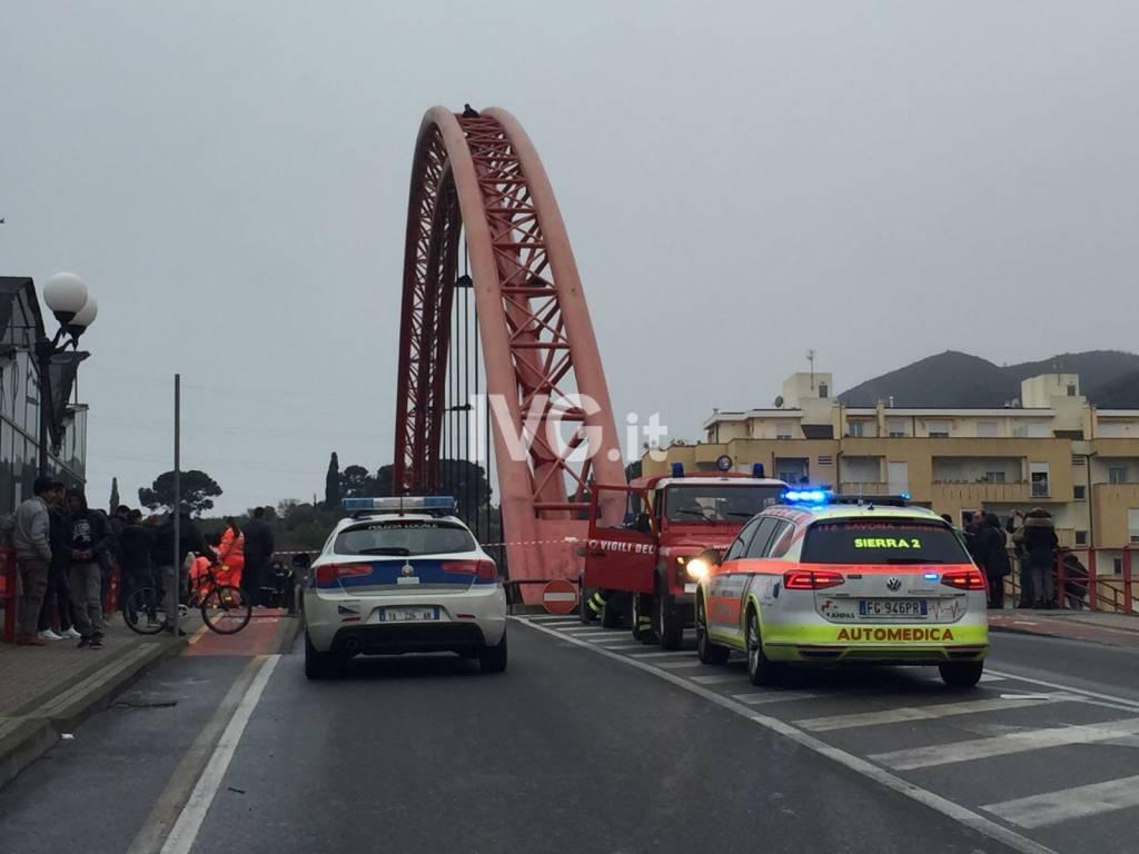 Albenga, uomo minaccia di buttarsi dal ponte rosso