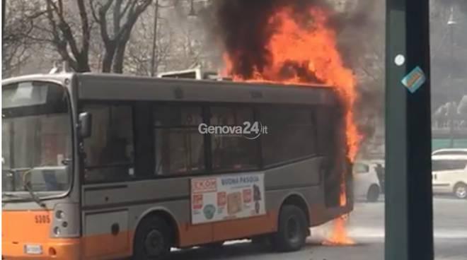 Autobus in fiamme in piazza Manin, intervento dei Vigili del Fuoco