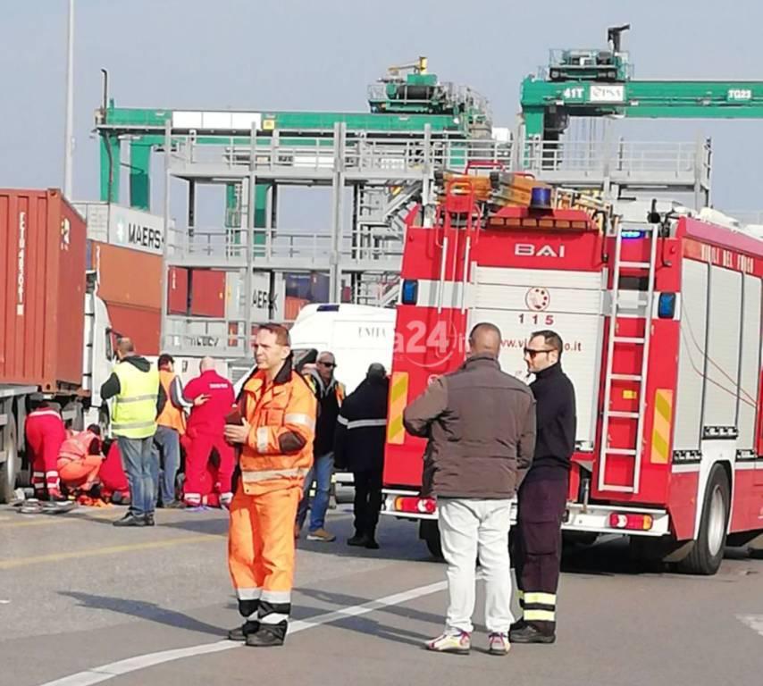 Grave incidente nel porto di Genova, muore camionista cosentino