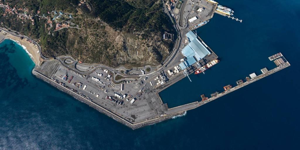 Genova, Gdf sequestra 21 tonnellate di farmaci illegali sbianca pelle